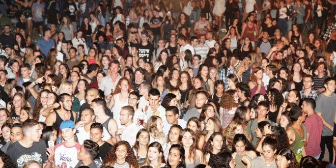 אלפי הצעירים בפארק הנחל. הרוב היו מרוצים צילום: עיריית חדרה