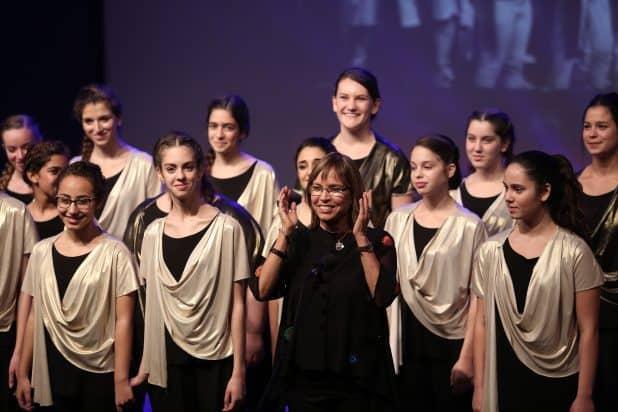 """בוגרי המקהלה הם אנשים מיוחדים מאוד"""". פארן ובנות מורן צילום: נוגה שדמי"""