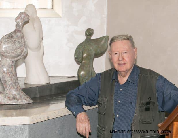 צבי רוטמן ליד שניים מפסליה (צילום: אלכס הובר)