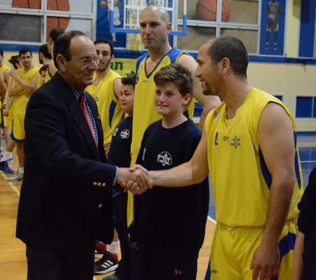 ראש העיר עדי אלדר לוחץ את ידו של בועז גלט