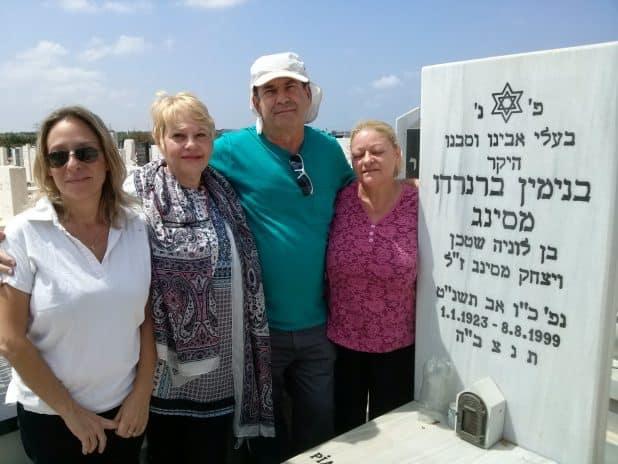 ישראל ושלוש אחיותיו על קברו של האב. קדיש יתום ראשון. צילום עצמי