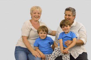אמא ואמא. הדס ערמון והת'ר גלדינג עם התאומים (צילום: לואיז גרין)