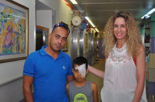 """ד""""ר הלחמי עם הילד ואביו (צילום דוברות בית החולים)"""