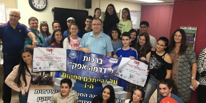 עשו כבוד. תלמידי החוג לדרמה עם ראש העירייה דוקורסקי (צילום: דוברות העירייה)