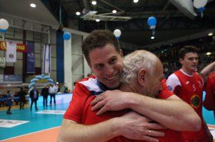 הקדישו לו את הניצחון. המאמן כץ מחבק את עופר מסד (צילום: אדריאן הרבשטיין)