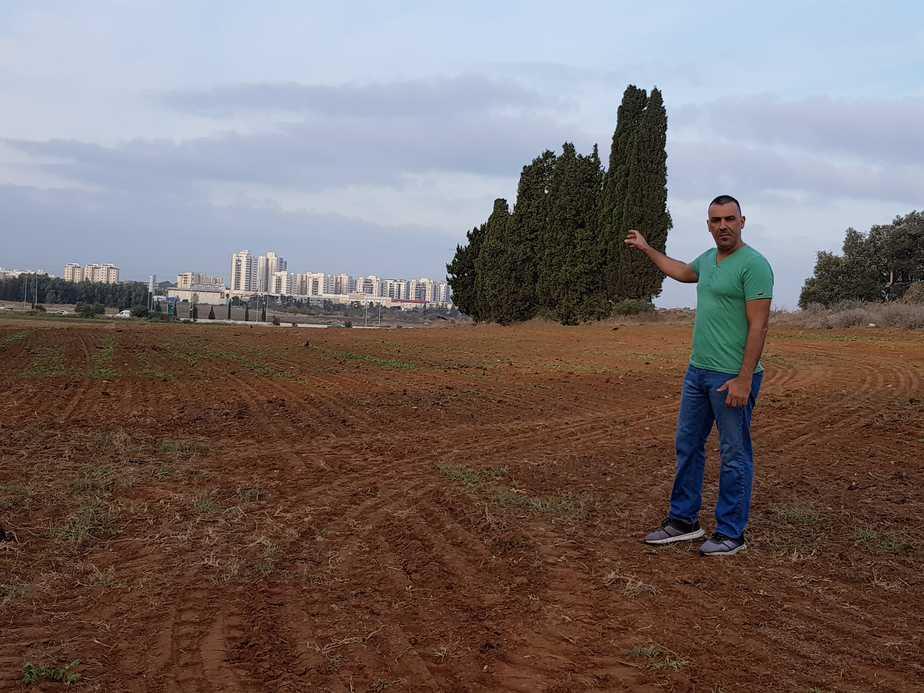 כאן תתפשט עיר? שלומי סלמה בשטח במערב בנימינה המיועד לבנייה (צילום: עצמי)