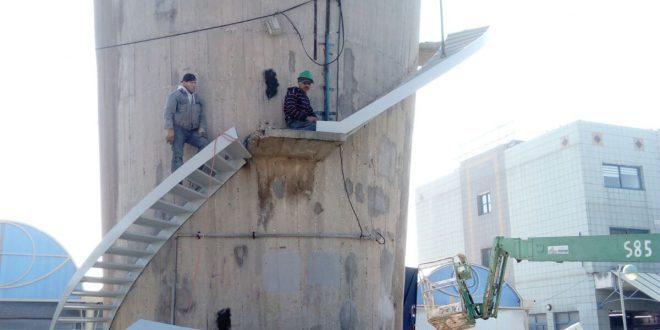 מתקינים את המדרגות (צילום עצמי)