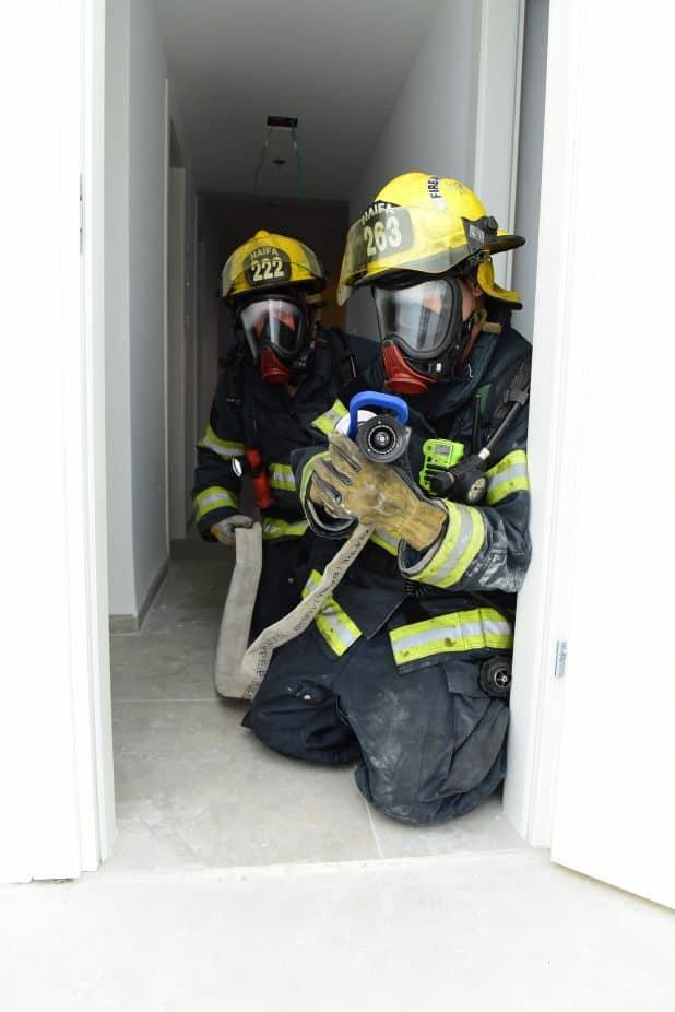 תוקפים את השריפה. לוחמי האש בפעולה (צילום: עידן חן)