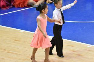 מקסים אזייב עם זוגתו לריקודים ליאור הופמן. צילום: דוברות העירייה