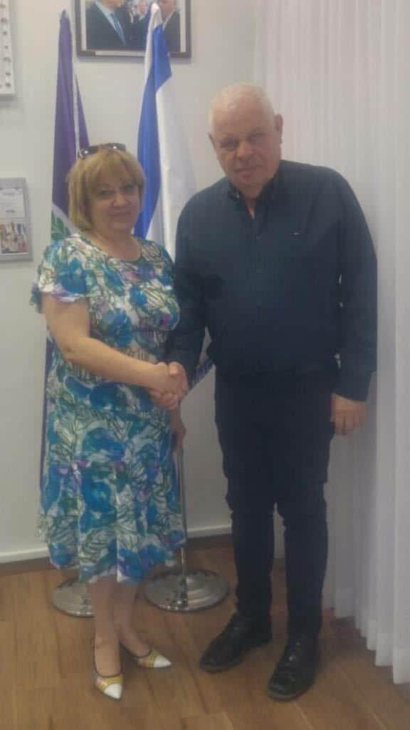 """מו""""מ של שנה. ראש העיר רונן פלוט והנציגה הרומנית אלכסנדרה דימא"""
