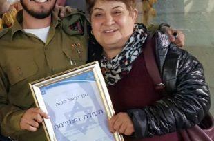 הסבתא הגאה מברכת את דניאל משה המצטיין צילום: פרטי
