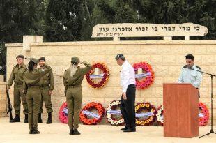 ראש העיר יצחק מירון מניח זר בטקס הזיכרון