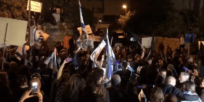 """הפגנה מול ביתו של שר האנרגיה צילום יח""""צ"""