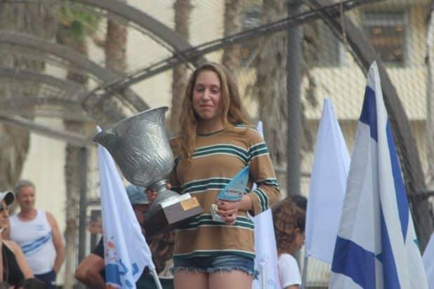 נועה סילס, על הפודיום עם גביע האליפות (צילום: באדיבות משה מור)