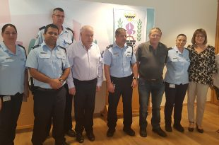 נציגי המשטרה בלשכת ראש העיר השבוע (צילום דוברות העיריה)