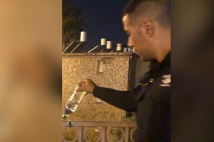 שוטר שופך האלכוהול שנתפס (צילום דוברות המשטרה)