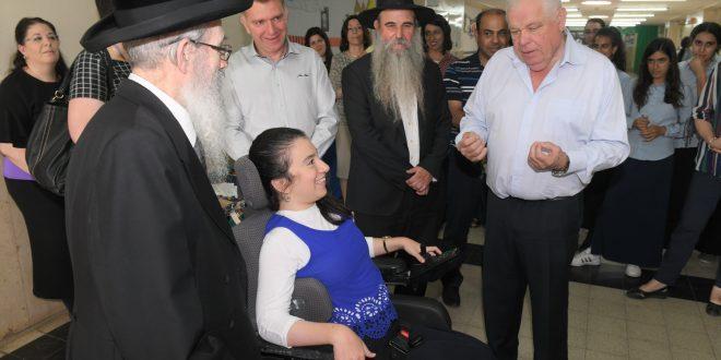 שרהל'ה מתרגשת במעמד חנוכת המעלית החדשה (צילום ישראל פרץ)