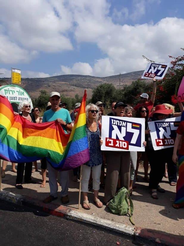 הפגנת הזדהות עם הקהילה הגאה בצומת כרמיאל - צילום אילן שיינפלד (1)