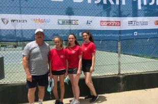הטניסאיות ומאמנן אקסנוב (צילום עצמי)