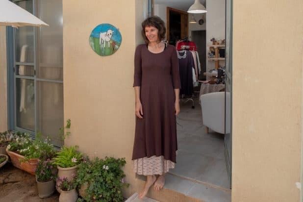 אירית גינזבורג כרמי, בפתח הסטודיו- צילום אלכס הובר (1)