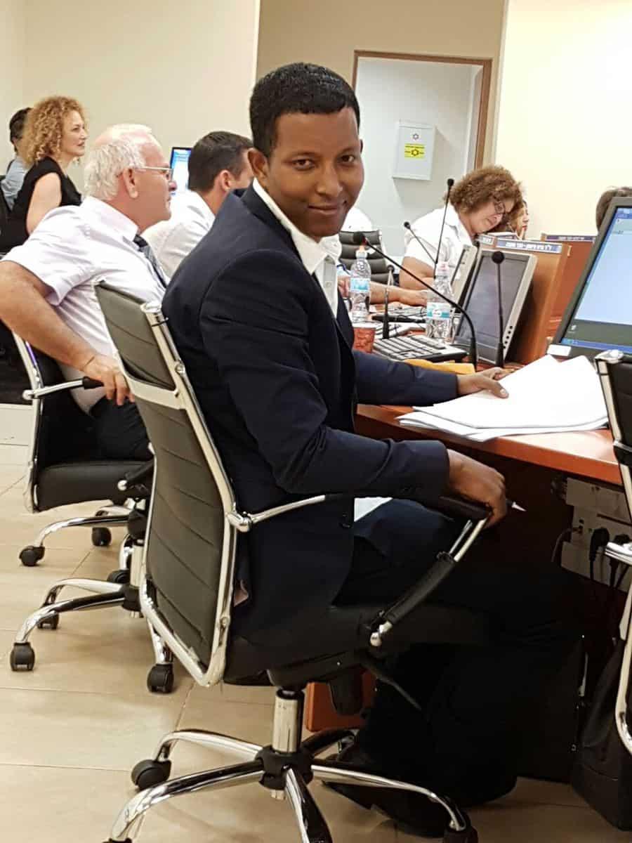 דניאל מהרט במועצה צילום עצמי