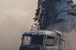 המשאית שעלתה באש (צילום דובורת המשטרה)