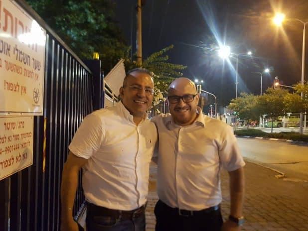 עוד ענאן חיר ודר אמיר חניפס בפתח משטרת כרמיאל - צילום פרטי מאושר לשימוש