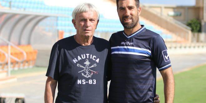 שיהיה בהצלחה. מאמן הפועל עכו אלון זיו עם מנהל הקבוצה דוניה שינהולץ (צילום: אדריאן הרבשטיין)