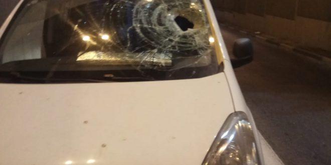 הרכב שנפגע והסלע שפגע בו. צילום עצמי
