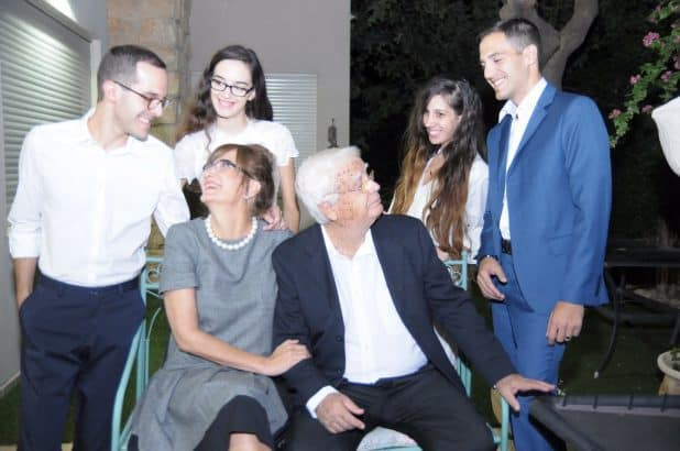 עם רעייתו דפנה והילדים (מימין לשמאל): דור צפריר צורי, דניאל צפריר צורי, מאי צורי ודן צפריר (צילום: אלבום משפחתי)