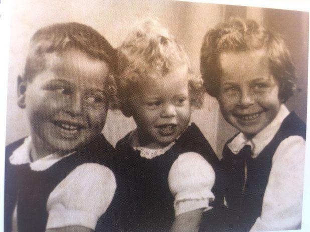 יעלון ראשון משמאל, עם אחיו ואחותו צילום פרטי