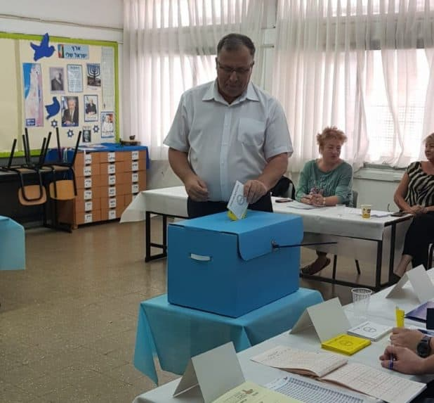 אלי דוקורסקי מצביע. צילום: תמי לביא