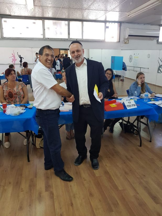 אלי בוסקילה ממש את זכותו הדמוקרטתי. צילום: הבית היהודי חדרה