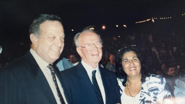 דב לאוטמן עם יצחק רבין ושולה כהן, בפסטיבל צילום ארכיון פרט