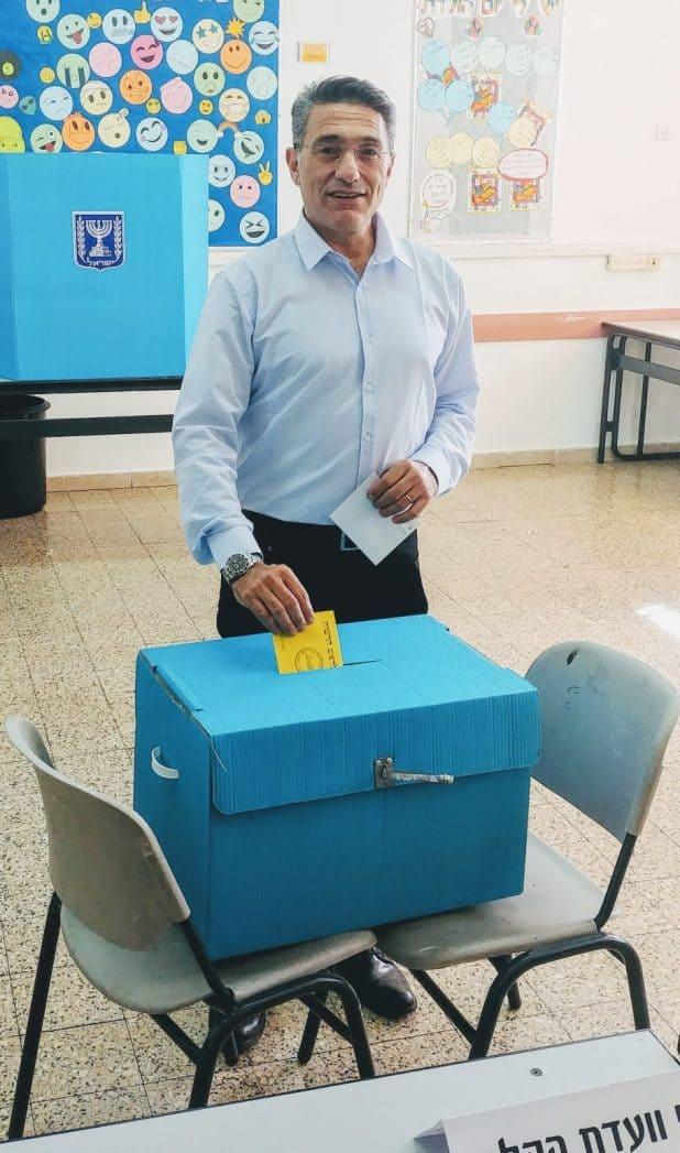 משה קונינסקי מצביע צילום אלכס הובר