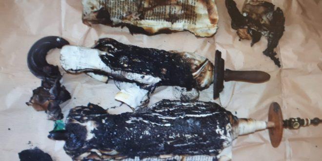 ספר תורה השרוף בבית הכנסת בחדרה (צילום: משטרת ישראל)