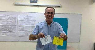 זיו דשא, ראש מועצת זכרון יעקב ומתמודד בבחירות, מצביע (צילום: רמי שדה)