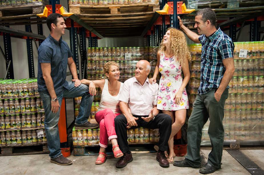 המשפחה שעומדת מאחורי המפעל (צילום אופיר מילר)