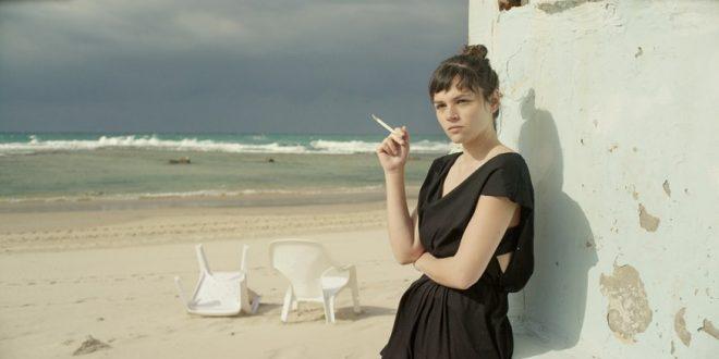 לנה (ג'וי ריגר) היא נערה בת 16 שכל מה שהיא רוצה זה לברוח לתל אביב ולהתחיל לחיות (צילום: דמיאן דופרן)