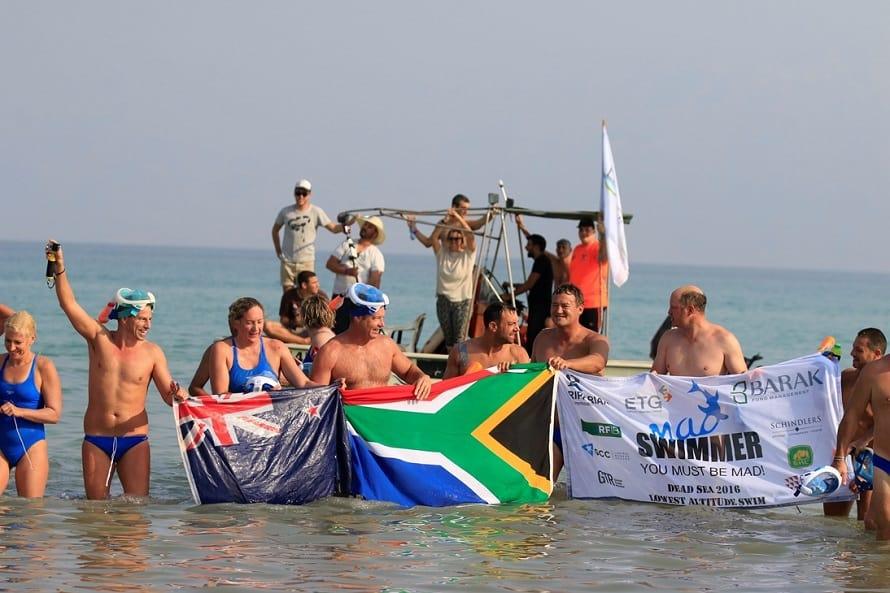 הקבוצה שחצתה בשחייה את ים המלח. צילום: אלון וולפיילר