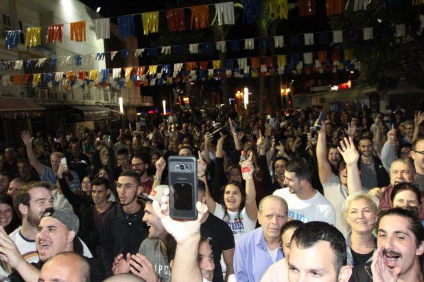 תניחו למפסידים. הקהל חוגג ניצחון (צילום: אדריאן הרבשטיין)