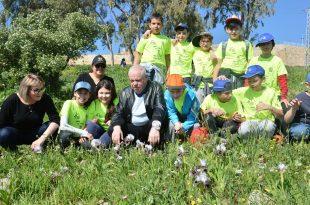"""ראש העיר רונן פלוט ומנכ""""לית העירייה עם ילדי העיר בשדות (צילום ישראל פרץ)"""