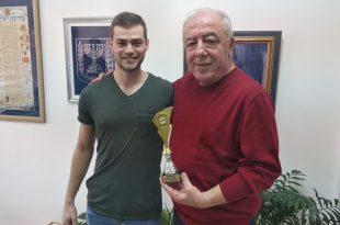 דוד אבן צור מקבל גביע מנדב גולן. צילום: דוברות העירייה