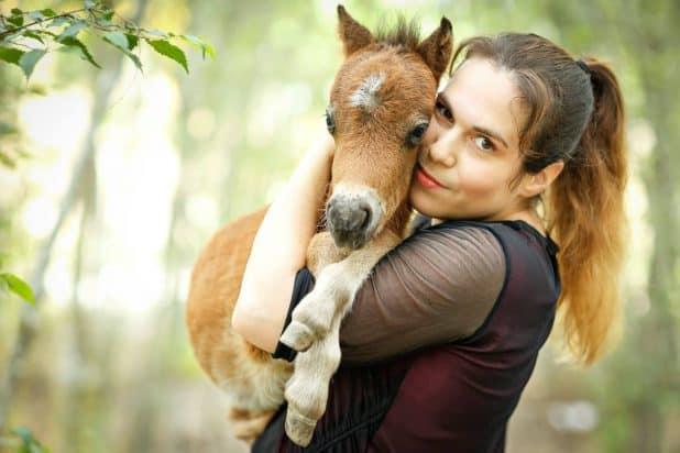 דפנה וסוס מניאטורי. צילום דפנה בן נון