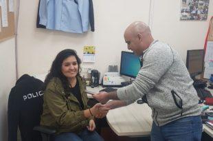 הקורבן מודה לשוטר בעת מסירת הטלפון צילום משטרת ישראל