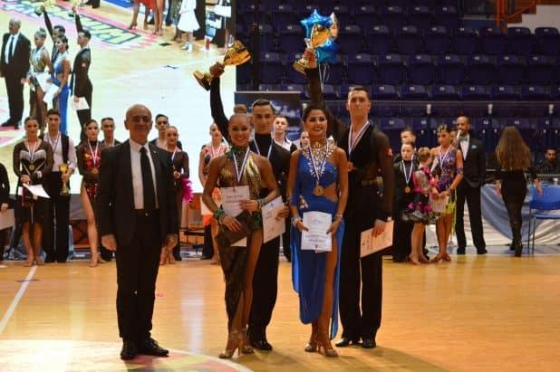 מניפים גביעים. הזוכים באליפות הארץ בריקודים סלוניים בנהריה (צילום: רבבי משה)