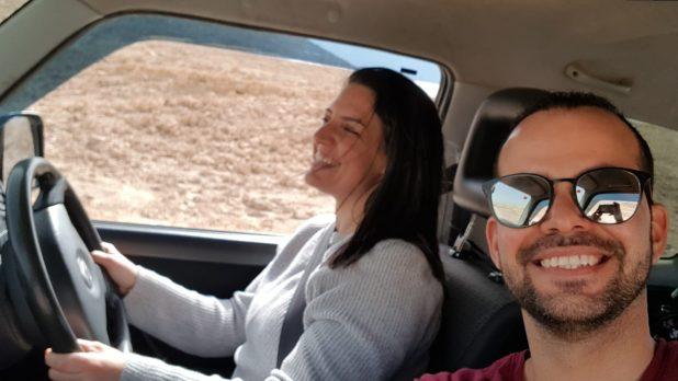 נוהגת בדרכה. עם בן הזוג עידן צילום עצמי