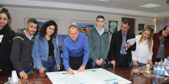 ראש העירייה לנקרי חותם על האמנה | צילום: דוברות עיריית עכו