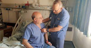 """ד""""ר פרימרמן בודק את ד""""ר קורין ביחידה לטיפול נמרץ לב בהלל יפה. צילום: המרכז הרפואי הלל יפה"""