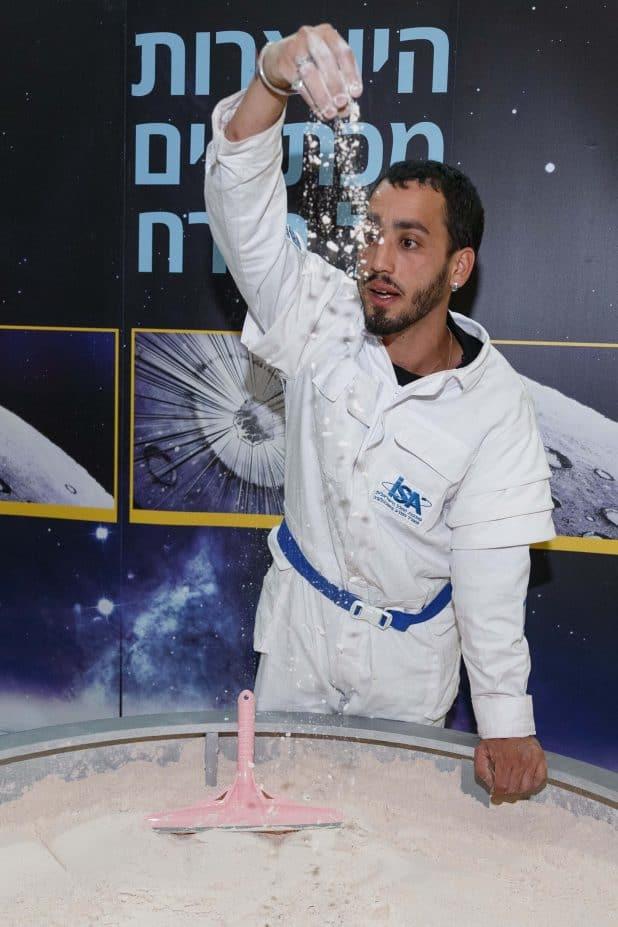 הדגמת היווצרות מכתשים בירח בשבוע החלל הישראלי בבראודה צילום JINIPIX
